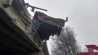 У Лохвицькому районі вантажівка знесла огорожу мосту і ледь не злетіла з нього