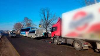 Під Полтавою зіткнулися вантажівка, автобус та мікроавтобус