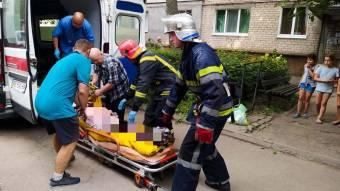 У Дніпропетровській області надзвичайники вирізали двері квартири щоб врятувати літню жінку