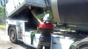 У Диканському районі на ходу загорілася вантажівка