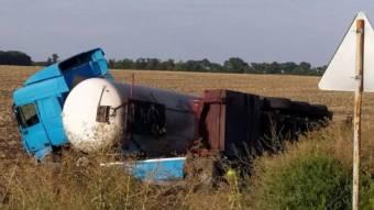 У Шишацькому районі перекинулась вантажівка з цистерною пропан-бутану