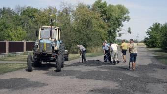 Жителі Іванівки ремонтують зруйновану дорогу