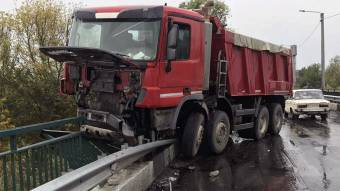 ДТП на «лелюхівському» мосту: водій пікапа в лікарні, вантажівка зависла на перилах