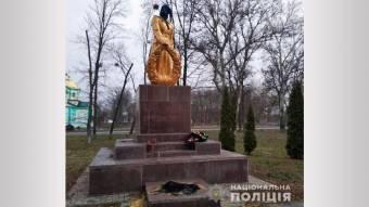 Поліція Полтавщини встановлює вандалів, які познущалися з могили у Шишацькому районі