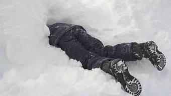 Чоловік закопав себе в снігу, щоб сховатися від поліцейських
