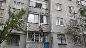 Рятувальники Полтави допомогли пенсіонерці, яка «потрапила у пастку» на своєму ж балконі