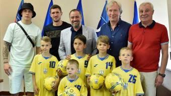 Дітям-футболістам із Троєщини організували зустріч із гравцями національної збірної