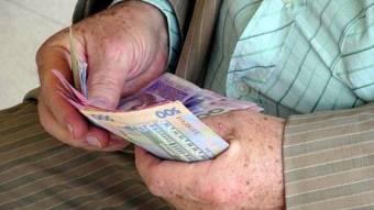 У Чорнухах шахраї виманили гроші у двох пенсіонерів