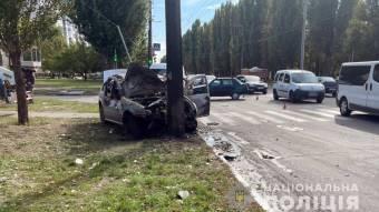 у Кременчуці внаслідок аварії загорівся автомобіль – його власника госпіталізували