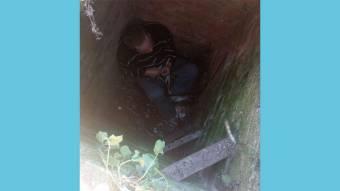 Поліцейські, рятувальники і медики умовляли чоловіка вилізти із ями