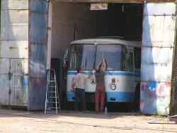 Автобуси фарбують, а люди їздять на таксі