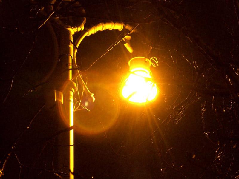 Стоял на улице фонарь и падал.  И падал свет его под ноги людям.  Висели тучи в вышине, роняли.