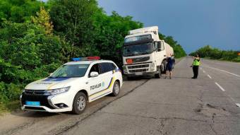 На Полтавщині поліція контролює дотримання водіями вантажівок температурних обмежень руху