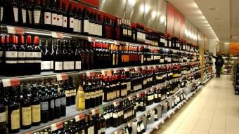 В Україні хочуть заборонити продаж алкоголю та сигарет у супермаркетах