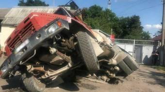 У Полтаві під землю провалилася вантажівка