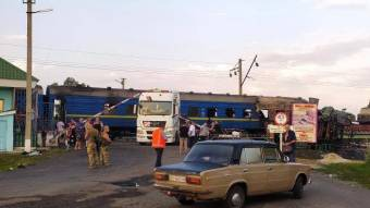 Поблизу Решетилівки на залізнодорожньому переїзді вантажівка потрапила під потяг