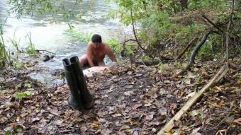 Працівникам «Полтававодоканал» довелося вести ремонтні роботи буквально по пояс у багні